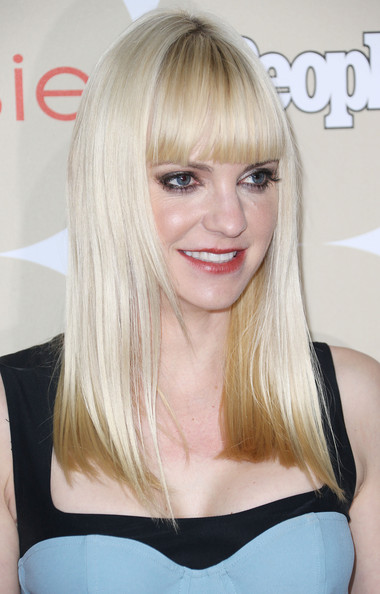 Anna Faris stuck to her trademark blunt bangs and straight cut when she attended People's Ones to Watch party.