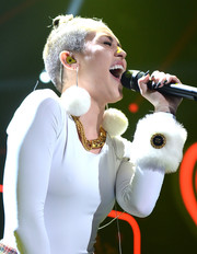 Miley Cyrus punctuated her white look with a chunky gold chain.