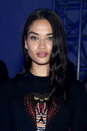 Shanina Shaik wore her hair down in a casual wavy style at the Philipp Plein fashion show.