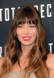 Jessica Biel left her hair loose with beachy waves and blunt bangs for the 'Total Recall' photocall.