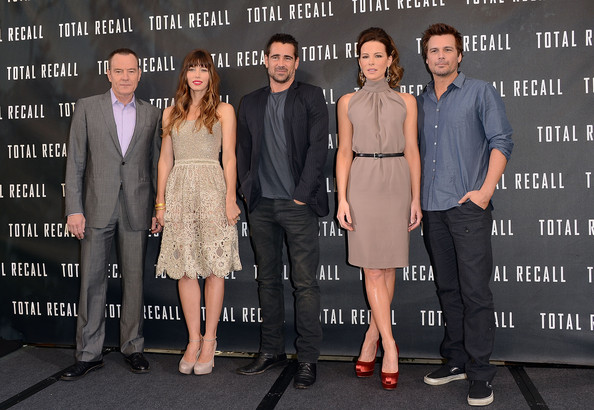Casual black cargo pants were Len's choice for the 'Total Recall' photo call.