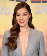 Hailee Steinfeld brought some Old Hollywood glamour to the 'Spider-Man: Into the Spider-Verse' photocall with this long wavy hairstyle.