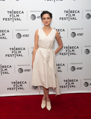 Jenny Slate complemented her frock with a pair of beige booties.