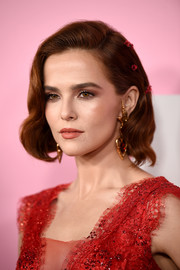 Zoey Deutch looked gorgeous with her short wavy 'do at the premiere of 'The Politician' season 1.