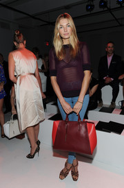Jessica Hart sealed off her ensemble with a chic leather tote in two shades of red.