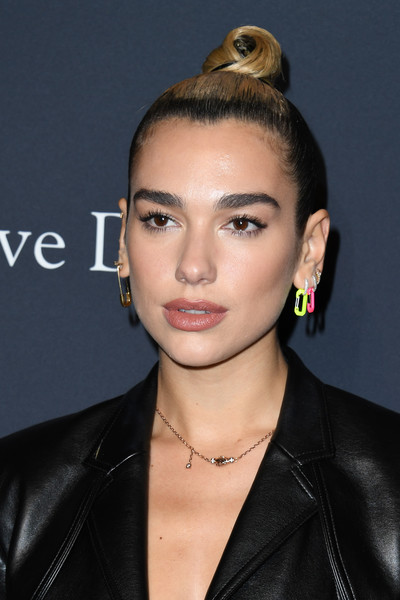 Dua Lipa's gold chain necklace by Martyre added a classic touch.