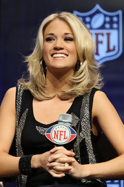 Carrie Underwood showed off her bond choppy layers at the NFL pregame show.