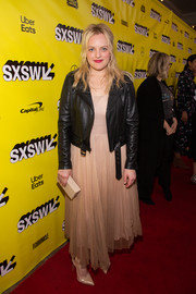 Elisabeth Moss finished off her outfit with nude Louboutin pumps.