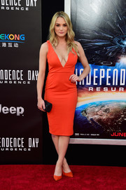 Hunter King completed her red carpet look with a beaded black tube clutch.