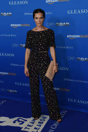Katie Aselton sealed off her look with a nude leather foldover clutch.