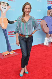 A pair of turquoise round-toe pumps added a bright pop of color to Melora Hardin's look.