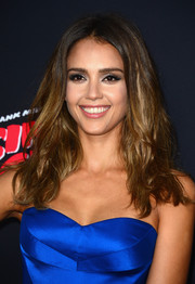 Jessica Alba wore a messy-sexy center-parted 'do at the 'Sin City: A Dame to Kill For' premiere.