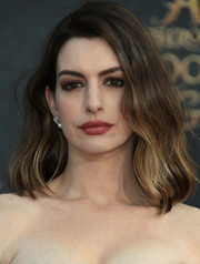 Anne Hathaway topped off her look with this lovely wavy 'do for the premiere of 'Alice Through the Looking Glass.'