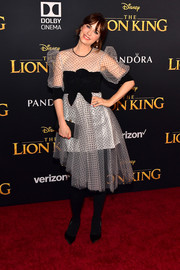 Zooey Deschanel paired her frock with a black satin clutch by Jimmy Choo.