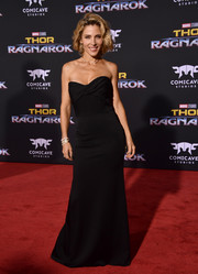 Elsa Pataky was all about understated elegance in a strapless black gown by Victoria Beckham at the premiere of 'Thor: Ragnarok.'