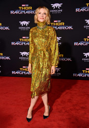 Cate Blanchett perfected her look with a pair of navy velvet pumps by Christian Louboutin.
