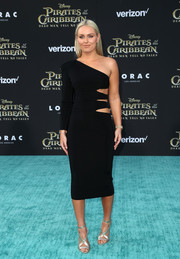 Lindsey Vonn looked fierce in an asymmetrical black Balmain dress with a slashed waist at the premiere of 'Pirates of the Caribbean: Dead Men Tell No Tales.'