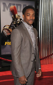 Anthony Mackie effortlessly mixed patterns to create this monochromatic suit look.