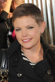 Singer Natalie Maines attended the premiere of 'Real Steel' with a super cute razored haircut. He look was softened by subtle rosy cheeks and lips.
