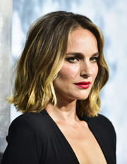 Natalie Portman teamed red lipstick with heavy eyeliner for a smoldering beauty look.