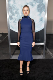 Pearl Amanda Dickson attended the premiere of 'Lucy in the Sky' wearing a fitted navy midi dress with contrast sheer sleeves.