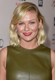 Kirsten Dunst wore a short and sweet wavy 'do with side-swept bangs to the premiere of 'Fargo' season 2.