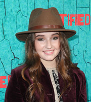 Kaitlyn Dever jazzed up her outfit with a brown fedora for the 'Justified' series finale premiere.