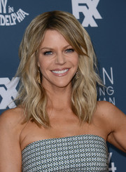 Kaitlin Olson attended the premiere of 'It's Always Sunny in Philadelphia' wearing her hair in beach-chic waves.
