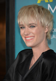 Mackenzie Davis looked trendy with her short emo cut at the premiere of 'That Awkward Moment.'