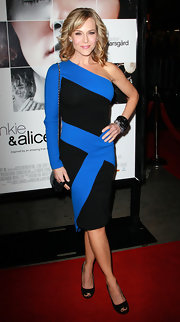 Julie goes for a dramatic geometric dress with one long sleeve. The contrasting blue and black make for a stand out red carpet choice.