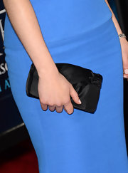 Emilia Clarke paired her blue dress with a satin clutch for a totally sleek and sophisticated red carpet look.