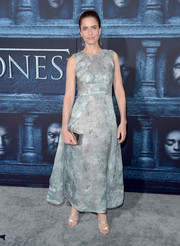 Amanda Peet polished off her elegant look with a silver box clutch.