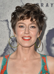 Carrie Coon wore her hair in mussed-up curls at the premiere of 'The Leftovers' season 3.