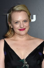 Elisabeth Moss was fresh-faced at the premiere of 'The Handmaid's Tale' wearing this brushed-back wavy hairstyle.