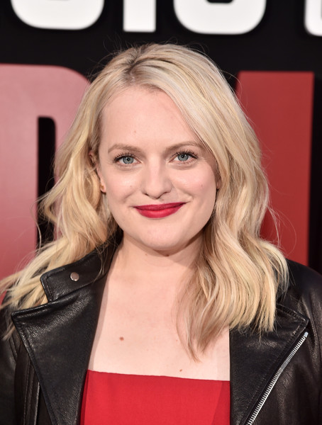 Elisabeth Moss sported a sweet wavy hairstyle at the premiere of 'The Handmaid's Tale' season 2.