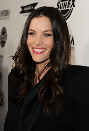 Liv Tyler complemented her stunning blue eyes with neutral barely there eyeshadow