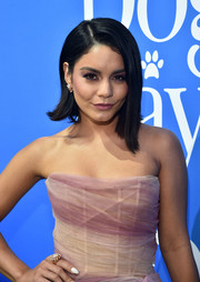Vanessa Hudgens attended the premiere of 'Dog Days' wearing a chunky diamond ring by Hueb.