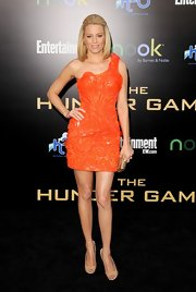 Elizabeth wisely paired her bold orange dress with nude peep-toe pumps.