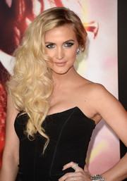 Ashlee Simpson wore her hair in a gorgeous side sweep when she attended the 'Catching Fire' premiere in LA.