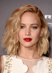 Jennifer Lawrence perked up her beauty look with bold red lipstick.