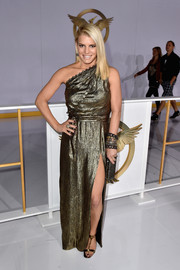 Jessica Simpson kept the shimmer going with a pair of gold Prada T-strap sandals.