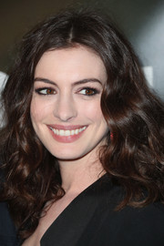 Anne Hathaway looked fab with her bouncy curls at the premiere of 'Colossal.'