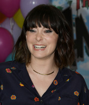 Rachel Bloom attended the premiere of 'Always Be My Maybe' wearing this short wavy 'do with eye-grazing bangs.