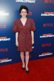 Alia Shawkat chose a dotted wrap dress with puffed sleeves for the premiere of 'Arrested Development' season 5.