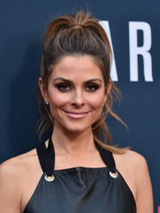 Maria Menounos finished off her beauty look with a nude lip.