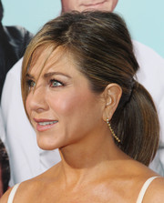 Jennifer Aniston dolled up her look with a pair of dangling diamond earrings.