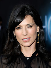 Perrey Reeves kept her hair natural-looking with a textured layered 'do and side-swept bangs.