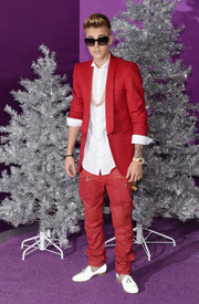 Justin Bieber chose a stylish red blazer for the premiere of 'Justin Bieber's Believe.'