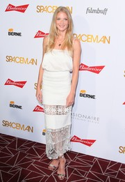 Winter Ave Zoli finished off her elegant outfit with a white lace-panel maxi skirt.