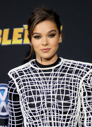 Hailee Steinfeld went for an edgy beauty look with a super-smoky eye at the premiere of 'Bumblebee.'